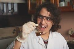 Шальной ученый вытаращить на стекле Стоковые Изображения RF