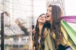 Шальные девушки делая покупки Стоковое Фото