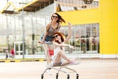 2 шальных усмехаясь женщины в солнечных очках имея потеху Стоковые Фотографии RF