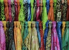Шаль и шарф для продажи в бутике Стоковые Фотографии RF