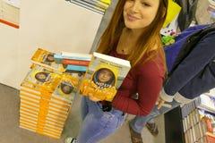 """Шведский активист Greta Thunberg климата опубликовывает в Италии книгу переведенную как """"наш дом на пламени """" стоковое изображение"""