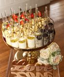 Шведский стол десертов с влюбленностью Стоковое Фото