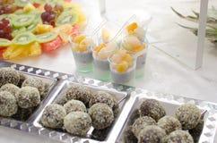 Шведский стол конфеты и плодоовощей Стоковое Изображение RF