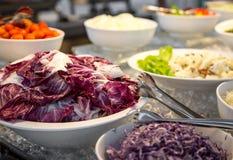 Шведский стол разнообразие свежие салаты стоковые изображения