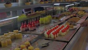 Шведский стол с большим выбором десерта Концепция еды, гостиницы, ресторана, шоколадного батончика, праздника, wedding видеоматериал