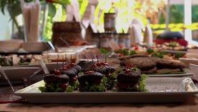 Шведский стол Vegan со здоровым канапе бургера гриба Vegan Зеленый образ жизни сток-видео