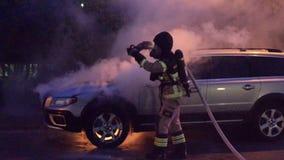 Шведское отделение пожарной охраны кладя вне огонь автомобиля видеоматериал