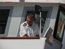 Шведское overste матроса военно-морского флота пилотируя паром Стоковые Фото