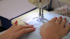 Швейная машина - белошвейка - зашейте платье в фабрике ткани видеоматериал