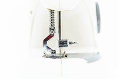 Швейная машина (близкая поднимающая вверх малая глубина поля) Стоковые Изображения
