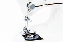 Швейная машина (близкая поднимающая вверх малая глубина поля) стоковое фото rf