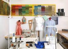 Швейная машина в комнате atelier стоковые фотографии rf