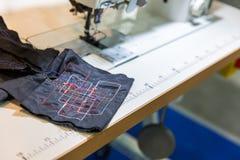 Швейная машина в крупном плане магазина вырезывания, никто Стоковое Изображение