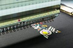 Швейная машина в работе, текстильной ткани, никто стоковое фото rf