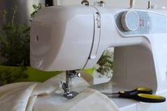 Швейная машина и большие ножницы Стоковое Фото