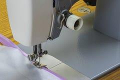 Швейная машина и розовая лента стоковое изображение rf