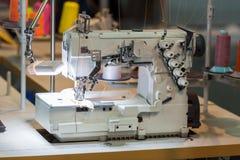 Швейная машина и ткань в магазине вырезывания, никто стоковое изображение