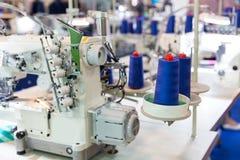Швейная машина и ткань, никто, фабрика одежды стоковое фото