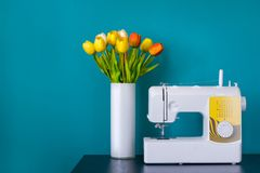 Швейная машина на таблице в мастерской стоковые фото