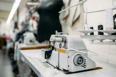 Швейная машина на фабрике одежды, никто стоковое изображение