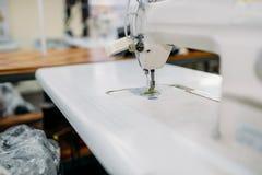 Швейная машина на фабрике одежды, никто стоковое фото rf