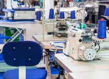 Швейная машина, никто, одежда шьет на ткани стоковое изображение