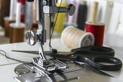 Швейная машина ноги с ножницами и катышками Стоковые Изображения RF