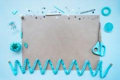 Швейный набор на голубой предпосылке над взглядом стоковое фото rf