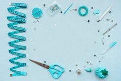 Швейный набор на голубой предпосылке r стоковые изображения