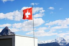 швейцарец флага небо предпосылки голубое Стоковое Изображение