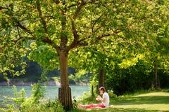 Швейцария, Европа - 11-ое мая 2018: Молодая женщина есть здоровую еду во время ее перерыв на ланч Стоковое Изображение RF