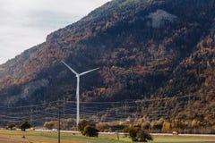 Швейцария, электрическая станция энергии ветра на фоне высокогорных гор, солнечных, ландшафт лета стоковое изображение