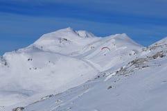 Швейцарские горные вершины: спорт парапланеризма и зимы на черном рожке в Ленцерхайде стоковое изображение rf