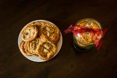 Швейцарские печенья обломоков шоколада аранжировали на таблице Стоковое Изображение