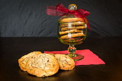 Швейцарские печенья обломоков шоколада аранжировали на таблице Стоковые Фото