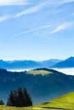 Швейцарский взгляд горизонта горных вершин в cloudscape и голубом небе Стоковая Фотография