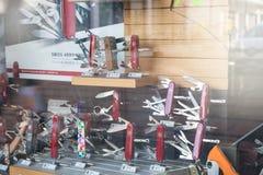 Швейцарский магазин ножа; ножи многофункциональные с много инструментов стоковая фотография