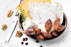 Швейцарский сыр с гайками сосны стоковая фотография