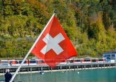 Швейцарский флаг в туристской шлюпке на озере Brienz стоковая фотография