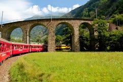Швейцарское срочное Bernina поезда горы пересеченное через высокий mo Стоковое Изображение RF