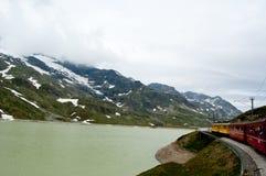 Швейцарское срочное Bernina поезда горы пересеченное через высокий mo Стоковые Изображения