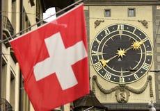 Швейцарцы сигнализируют фронт известной башни с часами в Bern, Швейцарии Стоковая Фотография