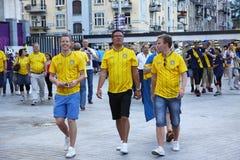 Шведские футбольные болельщики идут на улицы города Kyiv Стоковое фото RF