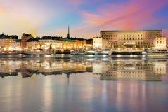 Шведский королевский дворец в Стокгольме на ноче Стоковые Изображения