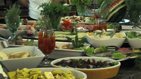 Шведский стол в ресторане пятизвездочной гостиницы в Kranevo, Болгарии акции видеоматериалы