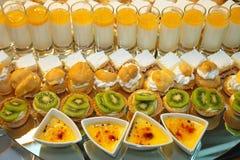 Шведский стол десертов стоковые фото