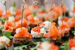 Шведский стол на приеме Ассортимент канапе Обслуживание банкета еда ресторанного обслуживании, закуски с семгами и икра рож Стоковое Изображение RF