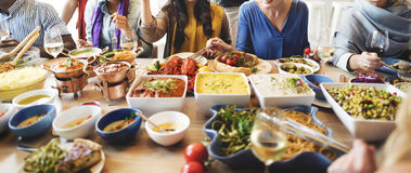 Шведский стол партии друзей наслаждаясь концепцией еды Стоковые Изображения