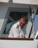 Шведское overste матроса военно-морского флота пилотируя паром Стоковые Фотографии RF