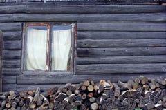Швырок предпосылки около деревянного амбара Стоковое Фото